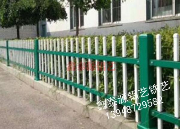 锌钢草坪护栏安装