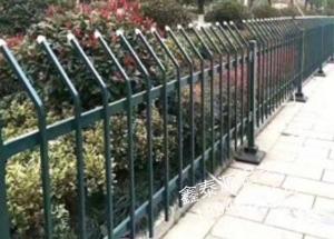 锌钢草坪护栏施工